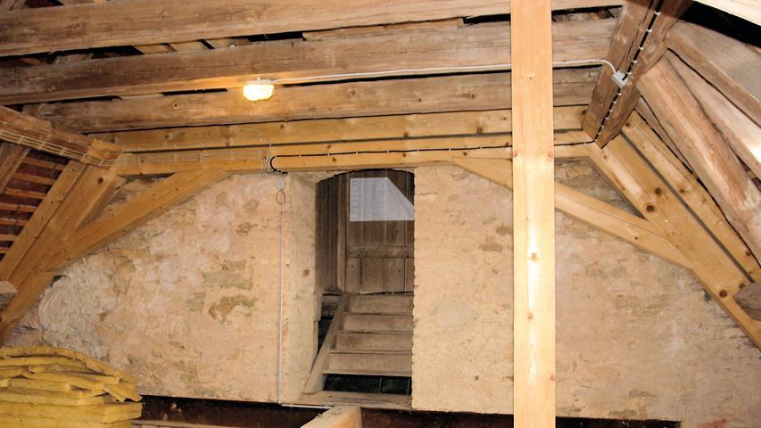 Den Hoch- und die Seitenaltäre fertigte der Gredinger Bildhauer Andreas Stadelmeyer 1728, während die neobarocken Malereien an der mit profilierten Stuckrahmen gegliederten Decke erst im 19. Jahrhundert dazu kamen. Die Verlängerung des Langhauses mit dem Aufbau des Walmdachs in der zweiten Hälfte des 20. Jahrhundert hatte Folgen für die Statik des Baus, die erst im Laufe der Zeit zu Tage traten. Bei der Deckung des undicht gewordenen Daches 1982 versäumte man, die zu diesem Zeitpunkt bereits bestehenden Feuchteschäden an den wesentlichen Teilen der Dachkonstruktion umfassend zu beheben.