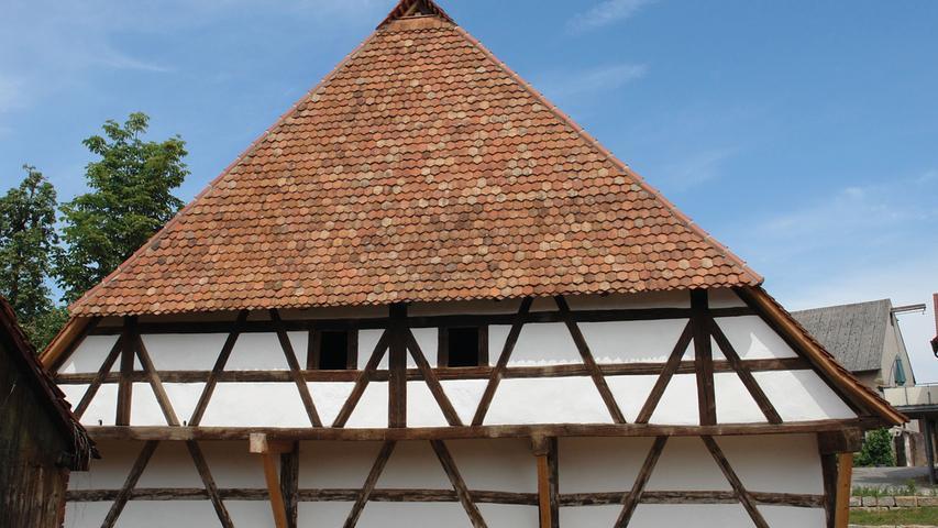 Die tragenden Sandsteinquaderblöcke sind neu unterfangen worden, Fehlstellen im Gemäuer wurden ergänzt und neu verfugt. Für die Lehmstakengefache verwendete man Kalkputz. Auf der östlichen, der Straße zugewandten Dachseite wurde mit den alten Ziegeln gedeckt, auf der westlichen Seite mischte man zusätzlich angekaufte bzw. neue mit den erhaltenen Ziegeln, um auch hier das optische Ergebnis nicht zu sehr zu beeinträchtigen. Selbst bei der Rekonstruktion der Tore oder dem Einsatz dreier neuer, gusseiserner Stallfenster im Holzstockrahmen orientierte man sich an historischen Vorbildern. Insgesamt stellt die Wiederbelebung des höchst gefährdeten Baudenkmals eine Meisterleistung aller Beteiligten dar: der Handwerker, der Architektin und natürlich der Eigentümer. Erstklassig in jeglicher Hinsicht.
