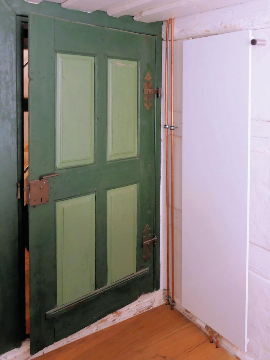 Für die Bodenaufbauten verlegte man Solnhofenerkalksteinplatten     oder Dielenböden. Die Fachwerkpartien behandelte man weiter mit pigmentiertem Leinöl, auf die Wandoberflächen trug man Kalkputz auf und vereinheitlichte den Gesamteindruck entsprechend des Befundes durch einen gleichbleibenden Kalkanstrich. Wie die Stulpfenster sind auch die originalen Türblätter noch vielzählig erhalten. Diese bereitete man auf, wo erforderlich fügte man ihnen wie auch den Fenstern neue Beschläge hinzu. Besonderen Wert legte man darauf, dass die Beschläge in historischer Handwerksweise gefertigt wurden.  Bis ins Detail räumte die umfangreiche Renovierung des Kleinhauses der Denkmalpflege den Vorrang ein. Die Anforderungen der denkmalfachlichen Vorgaben übertraf man dabei noch. Mit hohem Engagement und einer sensiblen Vorgehensweise gelang die vorbildhafte Erhaltung und Weiterentwicklung des Denkmals für seine neue Nutzung.