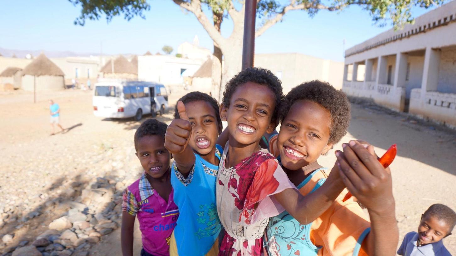 Kinder in Asmara strahlen in die Kamera.