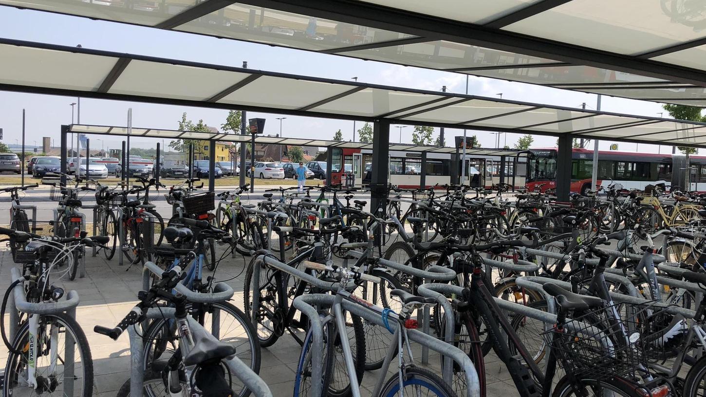 Stellplätze, wo Fahrräder sicher und trocken stehen, sind begehrt – wie hier an der Straßenbahnhaltestelle Am Wegfeld. Am Nelson-Mandela-Platz entsteht ein Fahrradparkhaus, das ebenfalls das Umsteigen vom Auto aufs Rad erleichtern soll.