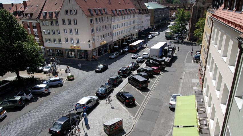 Was die Zahl der zugelassenen Kraftfahrzeuge angeht, nimmt Nürnberg im Großstadtvergleich einen vorderen Platz ein. Im Juli 2017 waren 291.225 Fahrzeuge zugelassen. Damit kommt ein Wagen auf 1,8 Bürger. Der Anteil der Haushalte ohne eigenes Auto hat aber innerhalb von zehn Jahren von 29 Prozent (2003) auf 23 Prozent (2013) abgenommen. Nur 60 Prozent der Kraftfahrzeuge werden pro Tag bewegt – und dann im Schnitt aber nur für 33 Minuten und 18 Kilometer. Die Autobesitzer wohnen vor allem außerhalb des Rings.