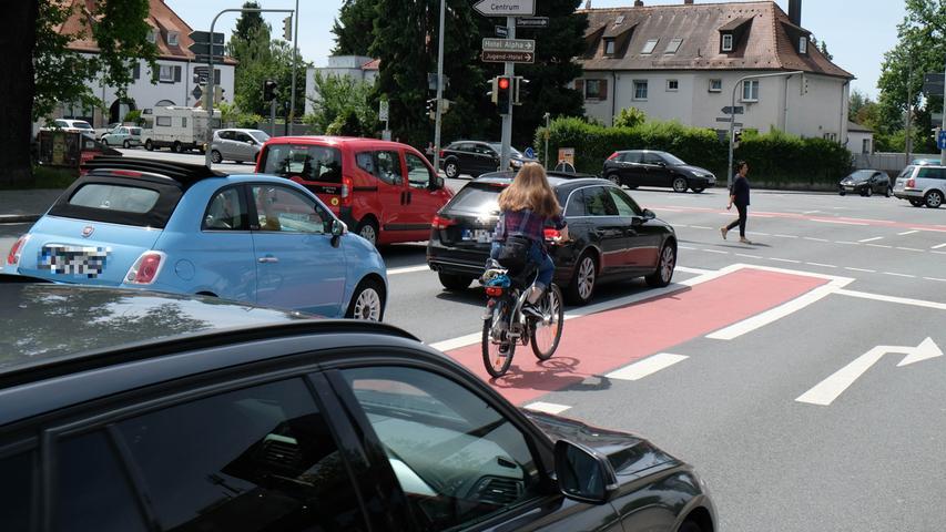 Ziel sei, neue Stadtquartiere nur noch zusammen mit einem Mobilitätskonzept zu entwickeln. In diesen Quartieren sollen die Bewohner möglichst alle notwendigen Einrichtungen in ihrer Nähe vorfinden. In der Kernstadt ist die Bebauung so eng, dass die Straßen zu manchen Tageszeiten schon komplett überlastet sind. Die Luft- und Lärmbelastung für die Bewohner ist zu hoch. Rund 77.000 Nürnberger leben an Straßen, an denen die Werte in einem gesundheitsgefährdenden Bereich liegen. Ziel der Stadt sei deshalb, den