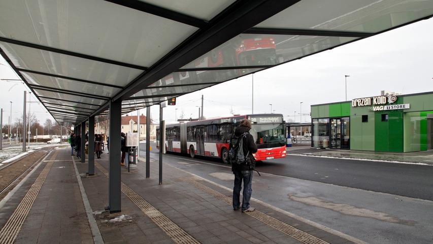 Der ÖPNV soll ebenfalls weiter gestärkt werden, um der Stadt ein wachsendes Verkehrschaos zu ersparten. Manches ist schon erledigt: die Straßenbahnverlängerung bis zur Station Am Wegfeld, der U-Bahnausbau nach Nord- und Südwesten, die Beschleunigung des ÖPNV durch Ampeln, das neue Ringbuskonzept. Für Umsteiger werden weitere Mobilpunkte in der Stadt eingerichtet, an denen Carsharing-Fahrzeuge auf U-Bahnanschluss und Leihfahrrad treffen.