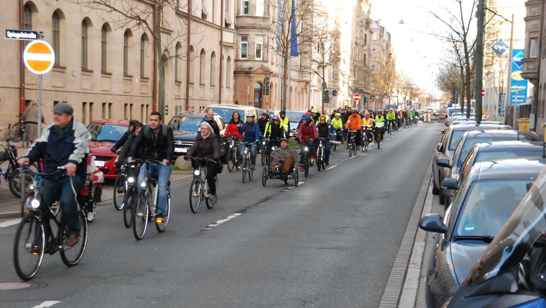 Radler nach vorn: Quer durch die Südstadt bewegten sich die Teilnehmer auf zwei Rädern — hier in der Nürnberger Straße.