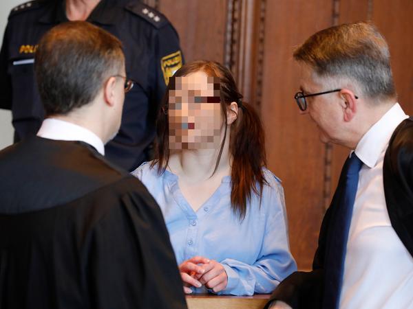 Der Staatsanwalt hält die Angeklagte, Stephanie P., für die treibende Kraft hinter dem Doppelmord. Hier ist sie mit ihren Verteidigern Michael Stengler (links) und Alexander Seifert zu sehen.