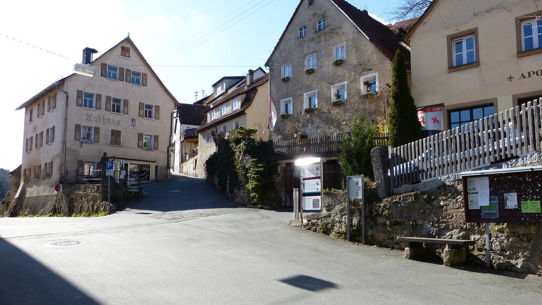 Der Markt Egloffstein — hier im Bild das historische Rathaus — steht finanziell wieder besser da als in der Vergangenheit. Die Gemeindekämmerin pocht weiter auf eine sparsame Haushaltsplanung.
