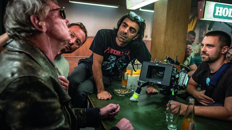 """Kameramann Philip Matoušek (rechts) mit dem Regisseur Fatih Akin (Mitte) bei den Dreharbeiten zum Berlinale-Eröffnungsfilm """"Der Goldene Handschuh."""