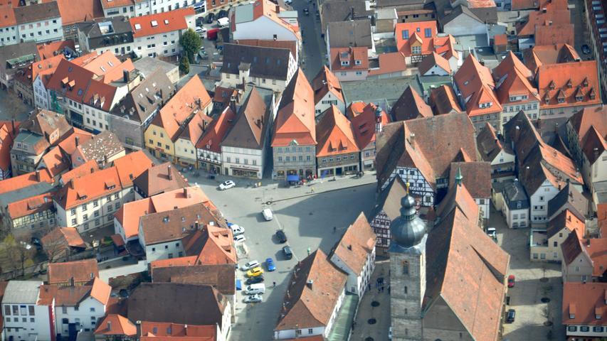 Das Herz Forchheims, der Rathausplatz, an einem milden Frühjahrsmorgen.