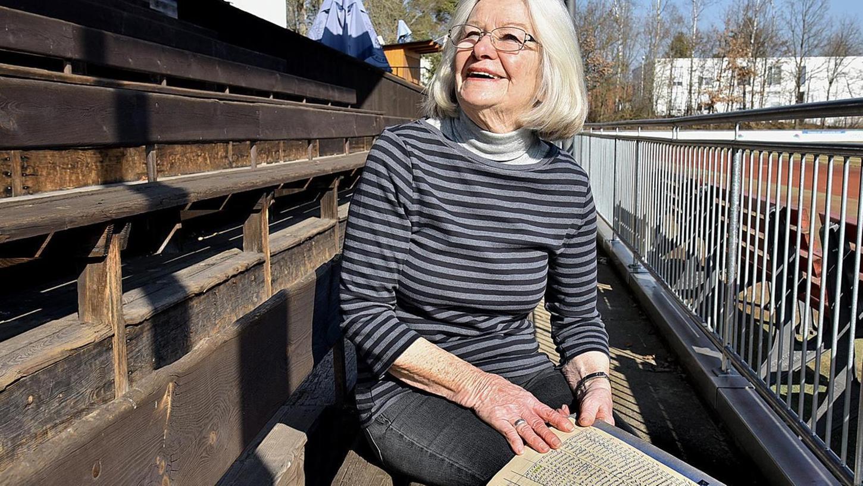 Seit 44 Jahren Mitglied bei der Spieli: Lydia Haubenreich, hier mit den handschriftlichen Mitgliederlisten von früher. Foto: