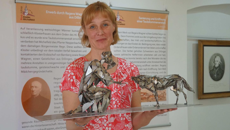 Museumsleiterin Marion Ringl hat viel Zeit in die Sonderschau gesteckt. Sie zeigt das Modell des Kunstwerks, das Peter Kuschel für den Klosterhof gefertigt hat.