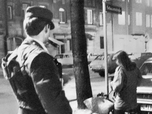 Polizisten kontrollierten alle Personen, die im Umfeld des Terroristen-Unterschlupfs waren.
