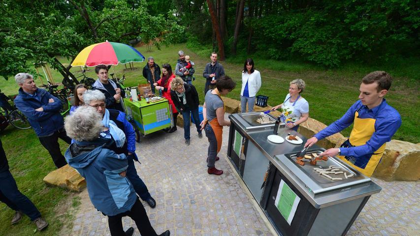 """Die Lewin-Poeschke-Anlage, im Erlanger Volksmund auch """"Bürgermeistersteg"""" genannt, zählt zu den beliebtesten Sommertreffs der Stadt. Bolz- und Spielplatz sorgen für die nötige Action, bevor es dann an den Grill geht."""
