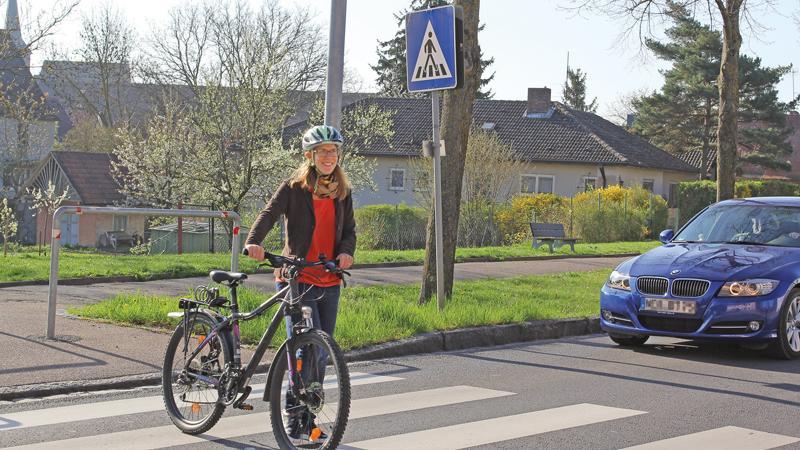 Falsch. Aber: Wenn die Straße nicht wirklich in beiden Richtungen frei ist, sollten sie es besser tun. Denn Vorrang vor dem Autoverkehr haben Radler nur, wenn sie am Zebrastreifen absteigen und schieben. Muss ein Autofahrer bremsen oder halten, weil ein Radfahrer den Zebrastreifen radelnd überquert, so droht ein Bußgeld wegen einer vermeidbaren Behinderung. Kommt es gar zu einem Unfall, kann dem Radler zumindest eine Mitschuld angelastet werden.