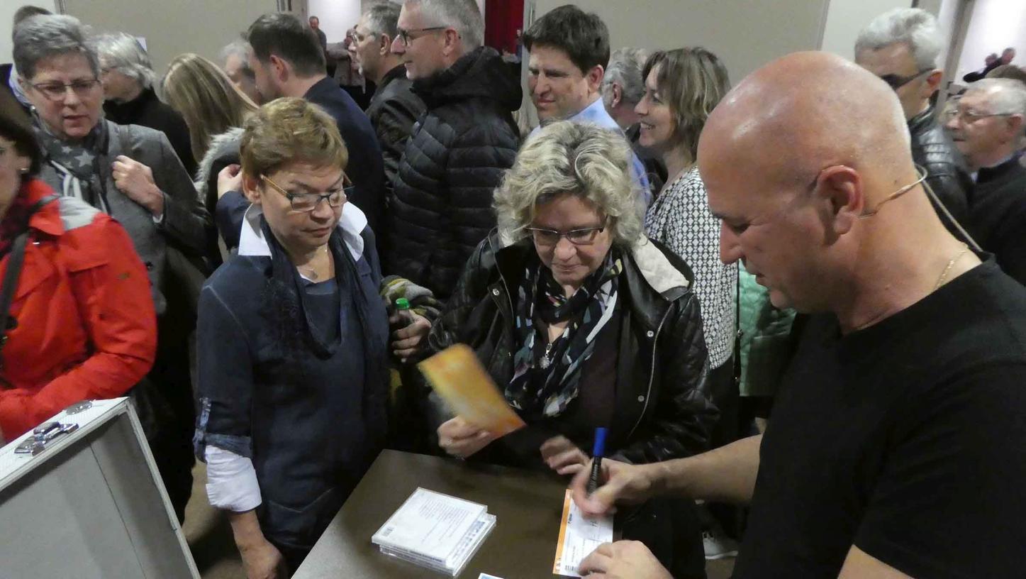 """Nach seiner Starparade perfekt parodierter Promis verabschiedete Wolfgang Krebs sein begeistertes Publikum in der """"NeuStadtHalle"""" mit begehrten Autogrammen."""