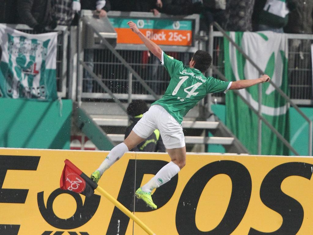 20.12.2011 --- Fussball --- Derby --- DFB-Pokal: Achtelfinale : 1. FC Nürnberg FCN - SpVgg Greuther Fürth --- Foto: Sport-/Pressefoto Wolfgang Zink / JüRa --- Edgar Prib (14, SpVgg Greuther Fürth) jubelt nach 0:1 - springt gegen Eckfahne....