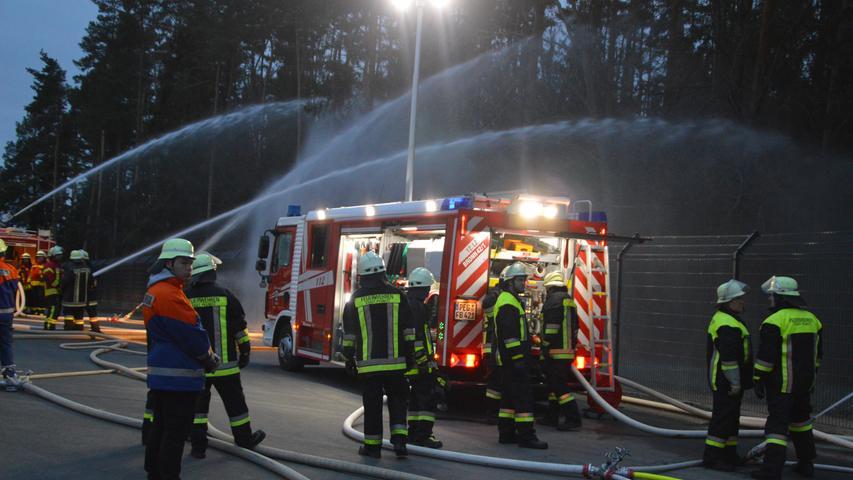 Für über 22 Millionen Euro hat die Pegnitzer Firma Baier + Köppel, ein Weltmarktführer für Zentralschmiertechnik, im Pottensteiner Ortsteil Wannberg eine neue Fertigungshalle errichtet, in der auf rund 10.000 Quadratmetern vor allem der Elektronikbereich untergebracht werden soll. Neben den 350 Arbeitsplätzen wurde auch der Sicherheit große Aufmerksamkeit gewidmet. Jetzt testeten die Feuerwehren aus dem weiten Umkreis den Betrieb der bayernweit einmaligen Löschwasserversorgung über einen