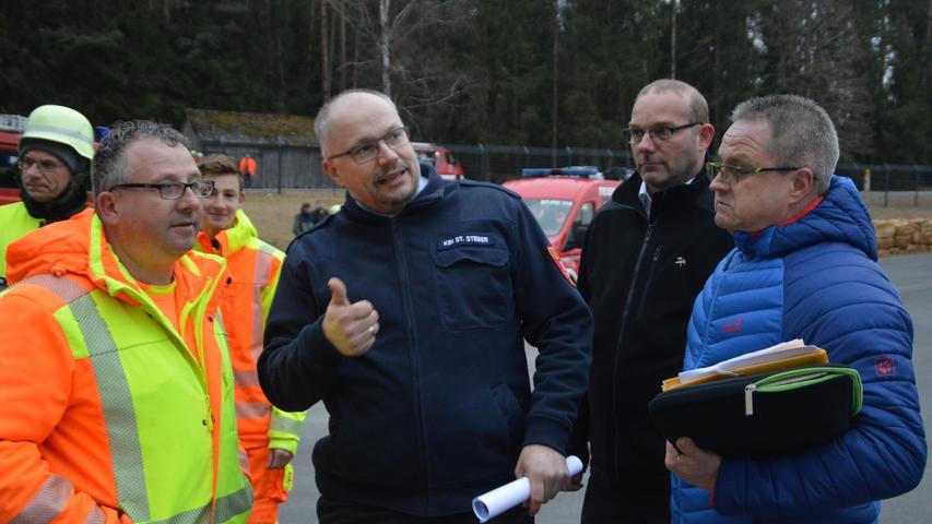 Kreisbrandinspektor Stefan Steger (Mitte) erläuterte den Alarmplan der Feuerwehr.
