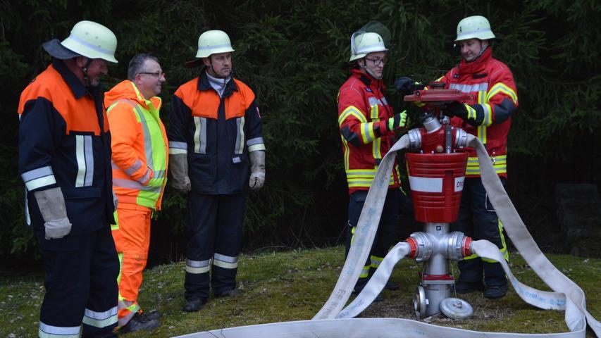 Die Feuerwehrkräfte lauschten hochinteressiert den Ausführungen des Juragruppe-Wassermeisters Robert Friedl (2.v.l.).
