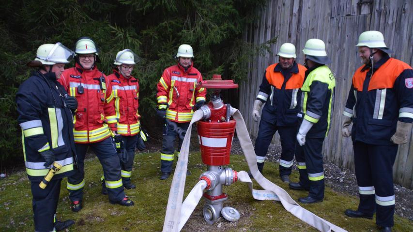 Der Hydrant nötigt auch erfahrenen Feuerwehrmännern Respekt ab.