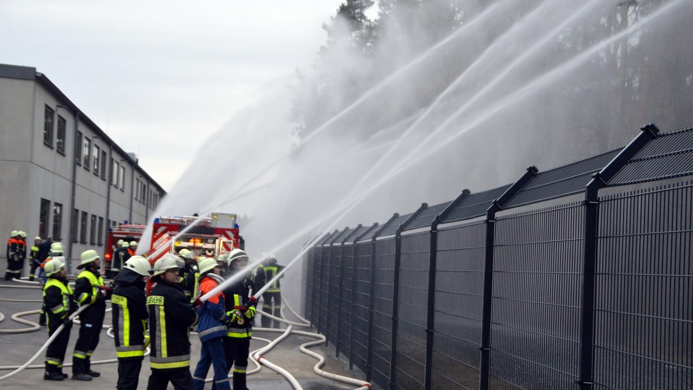 7300 Liter pro Minute wurden beim Hydranten-Praxistest am neuen BEKA-Werk in Wannberg in den Wald gespritzt.