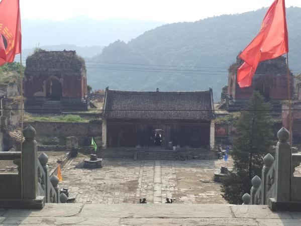 """In den Wudang-Bergen steht der """"Tempel der fünf Drachen"""" – dort hat Tobias Plötz die Schule """"Wu Dang Principles"""" mitgegründet. Außerdem ist der Tempel Namensgeber seiner neuen Ausbildungsstätte in Eberhardshof."""