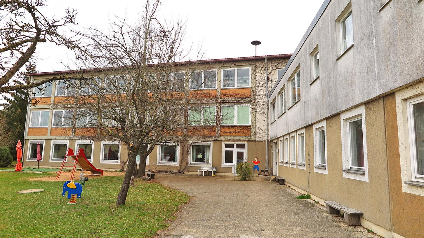 Die alte Gundelsheimer Dorfschule beherbergt aktuell den Kindergarten sowie ein Sammelsurium an Lagerräumen.