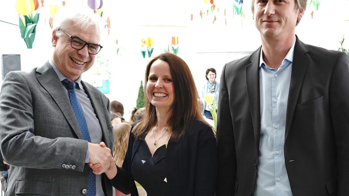 Nora Federsel ist die neue Konrektorin der Mittelschule an der Woffenbacher Straße. Schulamtsdirektor Weigert (l.) und Rektor Krämer gratulierten.