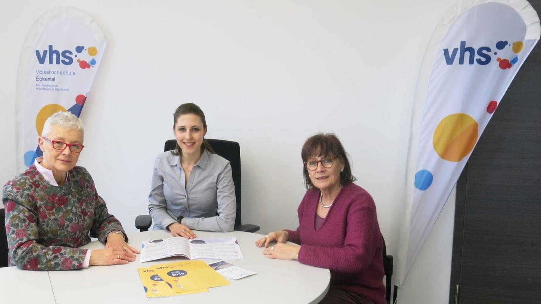 Veronika Deckart (links) und Karin Führ (rechts) von den Aktivsenioren besprechen mit Julia Schuster, der Leiterin der Eckentaler Volkshochschule, die geplanten Workshops.