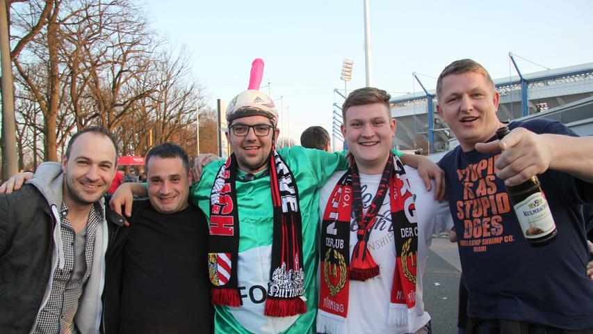 Alois (rechts) aus Österreich glaubt, dass der FCN die Klasse hält, obwohl er kein Clubfan ist. Aber: