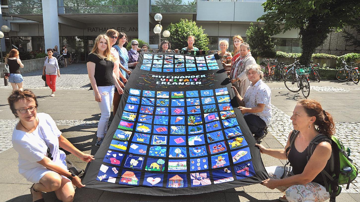 Viele unterstützen Efie auch finanziell. So versteigerte die Kunstherapeutin Karin Ritter nach einer Aktion auf dem Erlanger Rathausplatz im Juni 2018 eine Decke zu Gunsten des Vereins.