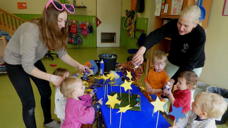 """Mit den Kleinsten im Dachsbacher Kindergarten """"Hirtenhaus"""" gestaltete die Künstlerin Elke Rogler-Klukas die Spielwiese Europa."""