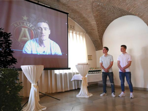 """Die Brüder Valentin und Tobias Gressel (v. r,) nahmen die Urkunde für Julian Gressel entgegen, der in einer Videobotschaft aus Atlanta/USA  für die Ehrung als """"Sportler des Jahres"""" dankte."""