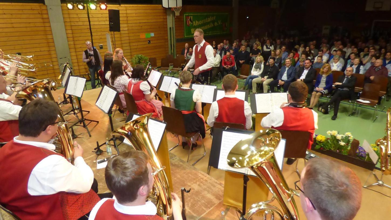 Die Blaskapelle Ahorntal unterhielt die zahlreichen Besucherinnen und Besucher beim Kreiskonzert in der Mehrzweckhalle vor allem mit traditioneller böhmischer Blasmusik.
