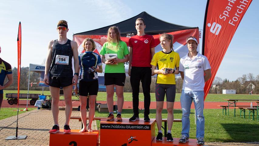 Das Siegerpodest mit Frauen-Siegerin Cosima Gundermann (grünes Shirt) und Männer-Sieger Felix Günther (in schwarz).