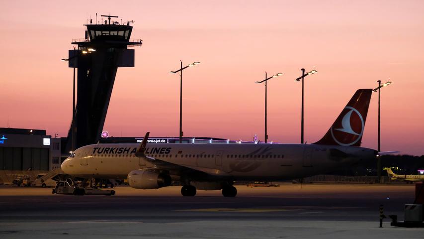 Auch beim Albrecht-Dürer Flughafen im Nürnberger Norden ist die Stadt Nürnberg nicht allein Hausherrin: 50 Prozent des Airports gehören dem Freistaat Bayern. Hier werden pro Jahr rund 64.000 Starts und Landungen abgewickelt. Sie interessieren sich für die bewegte Geschichte des Nürnberger Flughafens? Klicken Sie hier.