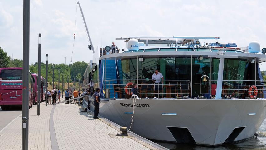 Der Nürnberger Personenschifffahrtshafen (was für ein Wort!) zählt über 1.000 Anlegevorgänge im Jahr. Der Kai hat eine Länge von 1,35 Kilometern und bietet 10 Liegeplätze für Schiffe.