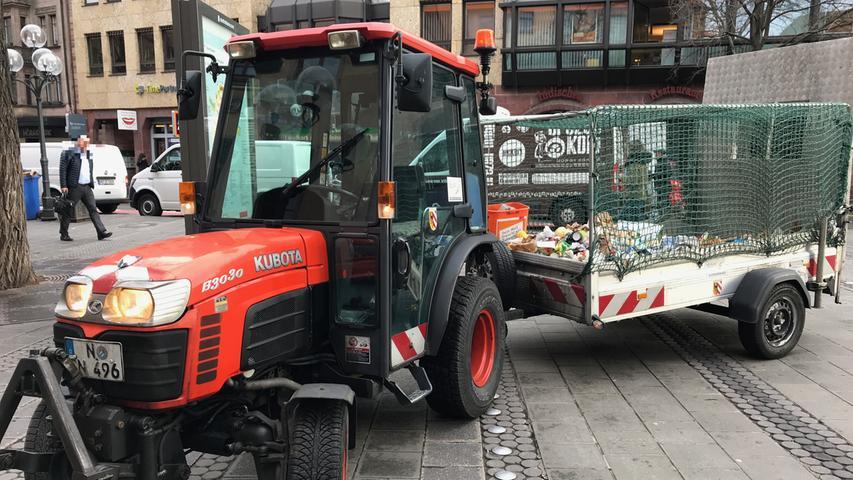 Wie verschwindet der Müll aus den öffentlichen Abfalleimern? Ganz einfach: Er wird mit Hilfe eines Kleintraktors samt Anhänger abtransportiert.