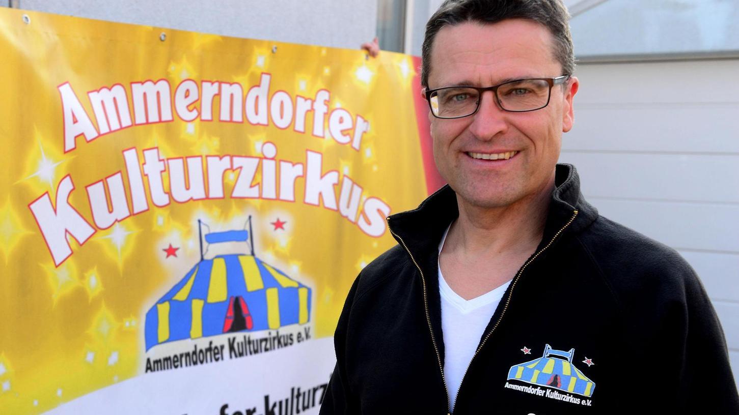 Der Kulturzirkus kommt nach Ammerndorf: Olaf Seltmann vor den Transparenten, die am Verkehrskreisel und um Ortsausgang nach Cadolzburg für das Projekt werben.