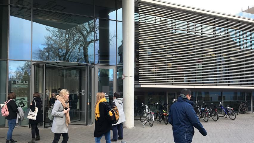 ... schaut am besten im Hauptgebäude am Gewerbemuseumsplatz vorbei. Ein Automat ermöglicht die Rückgabe von ausgeliehenen Büchern rund um die Uhr auch außerhalb der Öffnungszeiten.