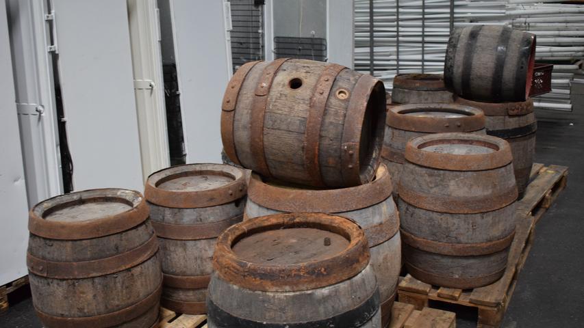 Wohl eher als Dekoration gedacht: Historische Bierfässer.