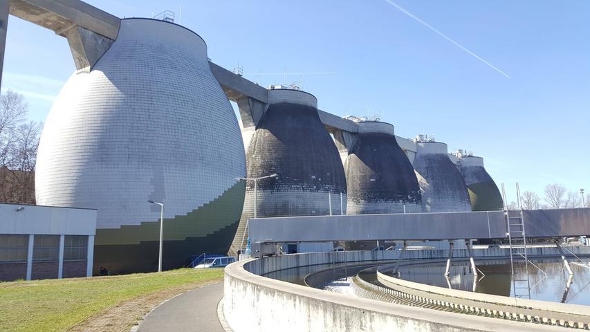 In den beiden Nürnberger Klärwerken zusammen werden jedes Jahr 66 Millionen Kubikmeter Abwasser behandelt. Dabei fallen 37.000 Tonnen Klärschlamm an.