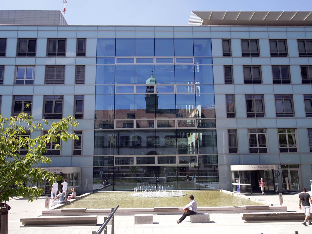 Motiv: Nürnberg - Außenansicht - rchitekTour: Neubau Ost Klinikum Nord, Nordklinikum, moderner Bau 10; Glasfassade; Spiegelung Altbau Haus 1 - Architektur.. ....Datum: 17.08.2016.. ..Fotograf: Roland Fengler....Ressort: Lokales ....Exklusiv
