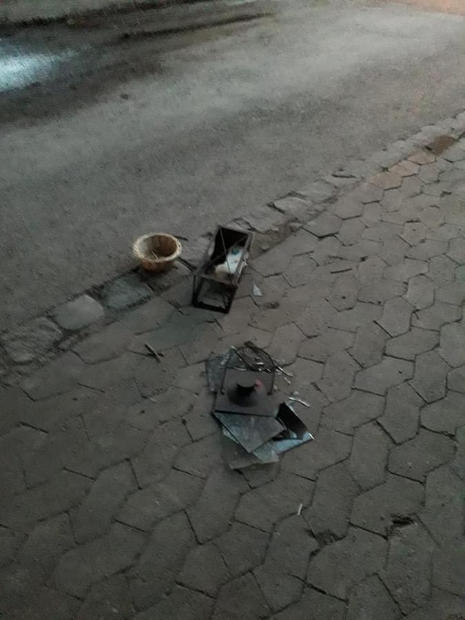 Nur noch Trümmer: Ein vorbeilaufender Randalierer zerstörte kürzlich die Laterne, die die Obdachlosen an den Wegrand gestellt hatten.