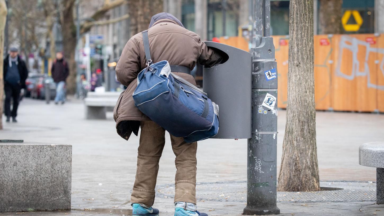 Wer in Deutschland arm ist lebt einer Bertelsmann-Studie zufolge überdurchschnittlich oft in einer Stadt mit mehr als 100.000 Einwohnern.