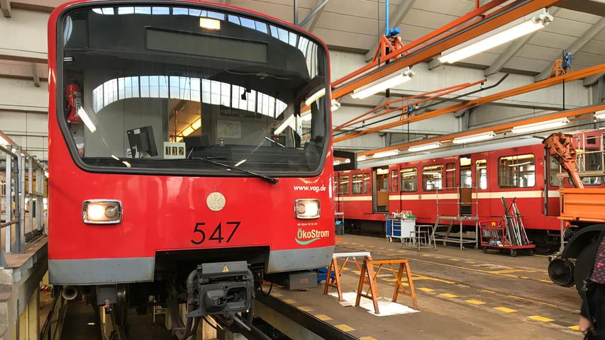 Hier werden täglich mehrere Züge repariert und gereinigt, mit frisch bezogenen Polstern ausgestattet, mit neuen Rädern und Batterien versehen, durchgecheckt und auf Vordermann gebracht. Mehr Informationen über das Nürnberger U-Bahn-System finden Sie hier.