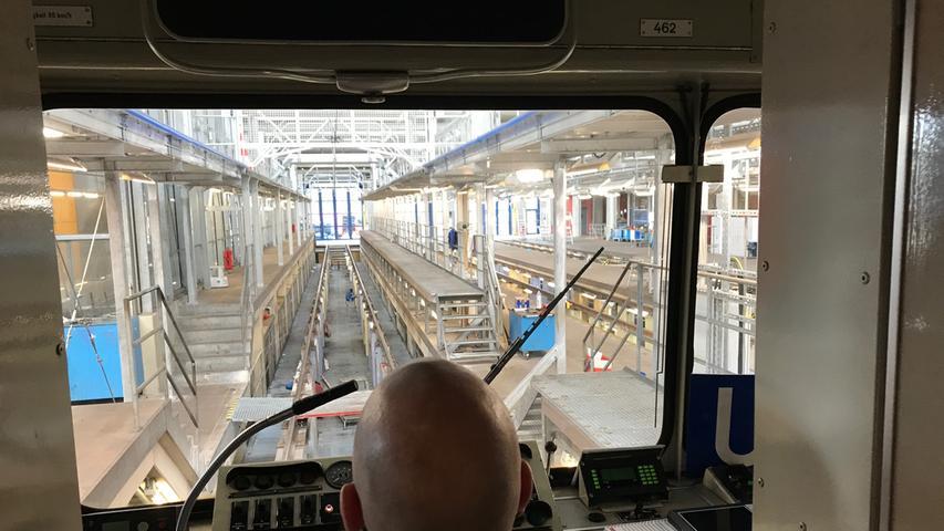 Dafür, dass die rund 100 Nürnberger U-Bahn-Züge nun schon seit Jahrzehnten fahren, fahren und fahren, sorgen die Mitarbeiter der U-Bahn-Werkstatt in Nürnberg-Langwasser.