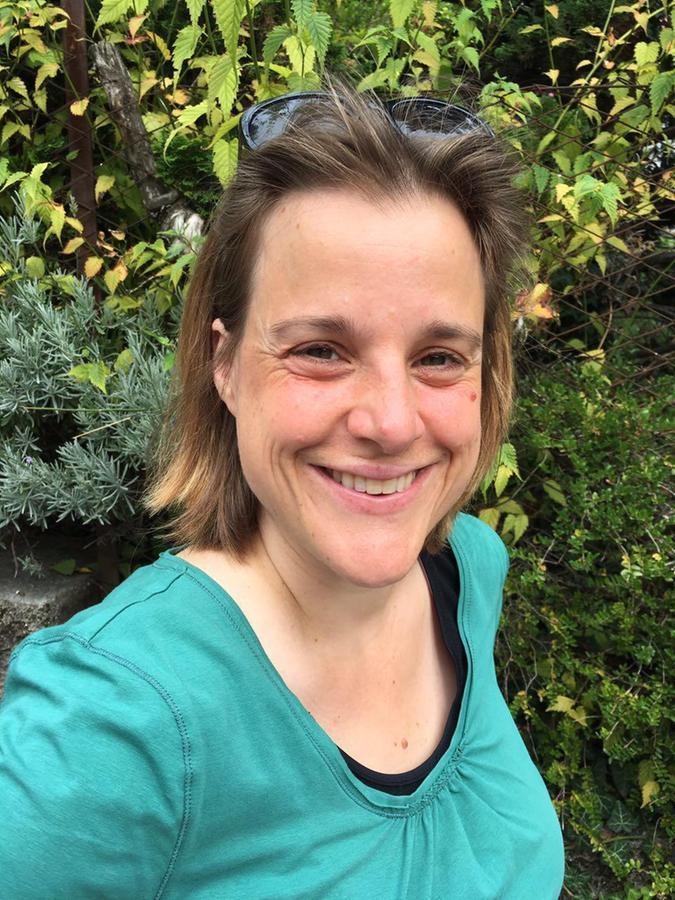 Beate Meyer hat Sozialpädagogik in Nürnberg studiert und mit dem Diplom abgeschlossen. Sie arbeitete einige Jahre in der offenen Jugendarbeit, ehe sie zum Jugendamt Nürnberg kam. Dort leitet sie aktuell die Abteilung Präventive Kinder- und Jugendhilfe.