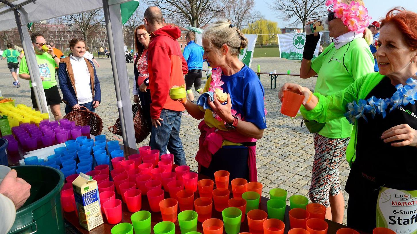 Testlauf: Die bunten Trinkbecher am Versorgungsstand des Down-Syndrom-Marathons im Südstadtpark wurden vor Ort geleert und von den Helfern immer wieder gespült.