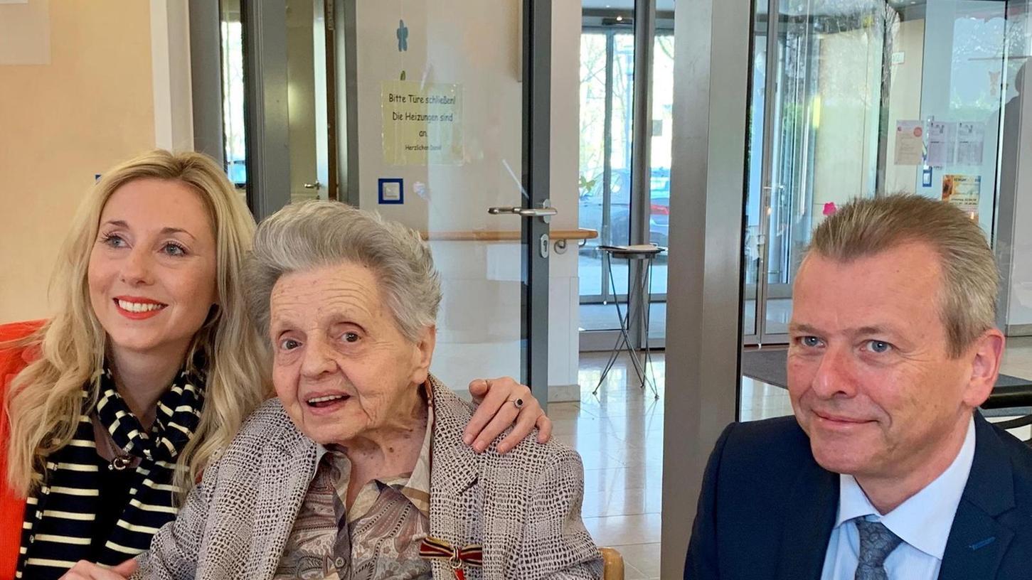 Ein Bild aus dem Jahr 2019: Gertrud Steinl erhält von Staatssekretärin Anna Stolz (l.) und Oberbürgermeister Ulrich Maly das Bundesverdienstkreuz am Bande.